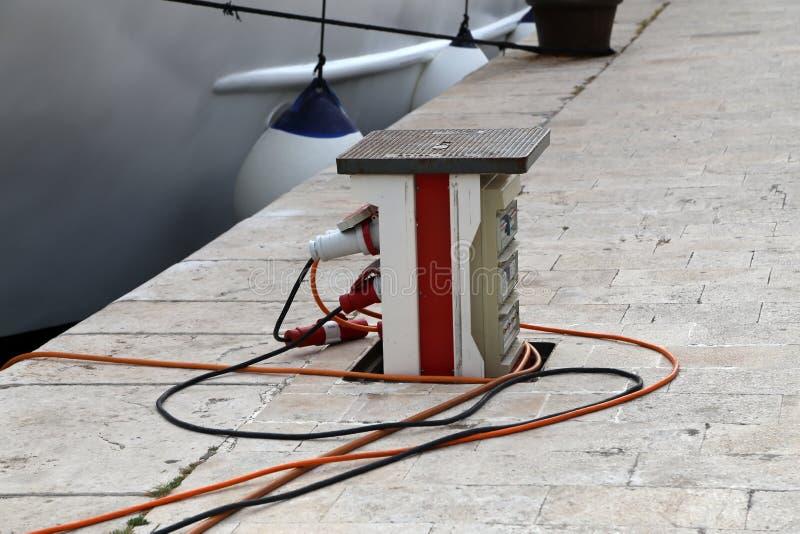 Verbindungskabel, zum von Batterien auf Yachten aufzuladen stockfoto