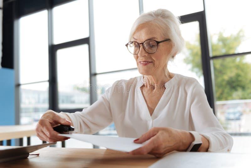 Verbindungsseiten der frohen positiven Frau von Dokumenten lizenzfreies stockfoto