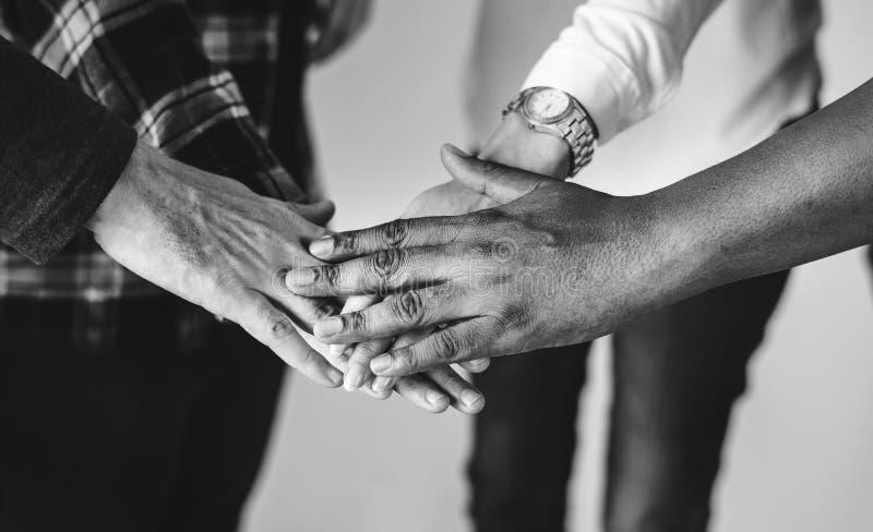 Verbindungsteamwork der verschiedenen Leute handzusammen und Gemeinschaftskonzept stockfotografie