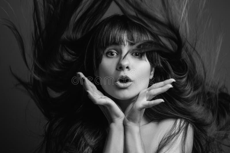 Verblüffte hübsche Frauenporträt-Schönheitshaarpflege lizenzfreie stockfotos