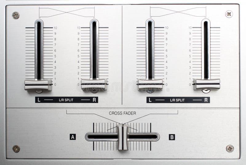 Verblassende Kontrollen des DJ-Musikmischers stockfotos