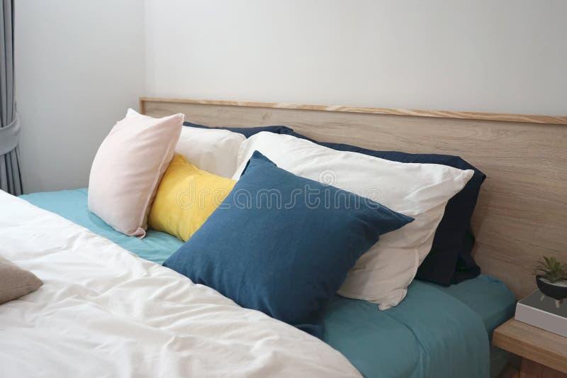 Verbleek - doorboor, geel en blauw kussen en blauwe stof op comfo royalty-vrije stock foto