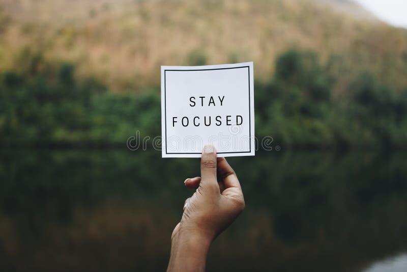 Verblijf geconcentreerde tekst in aard inspirational motivatie en raadsconcept stock foto