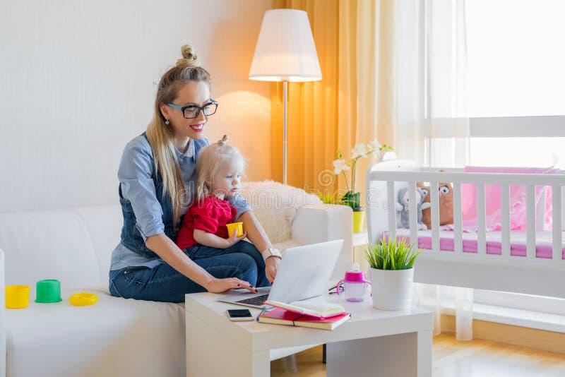 Verblijfs thuis mamma die aan laptop werken royalty-vrije stock afbeeldingen