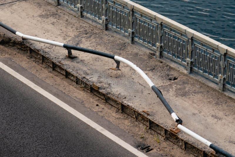 Verbogene geschädigte Straßensperren und -geländer auf Brücke nach Autounfallunfall stockfotografie