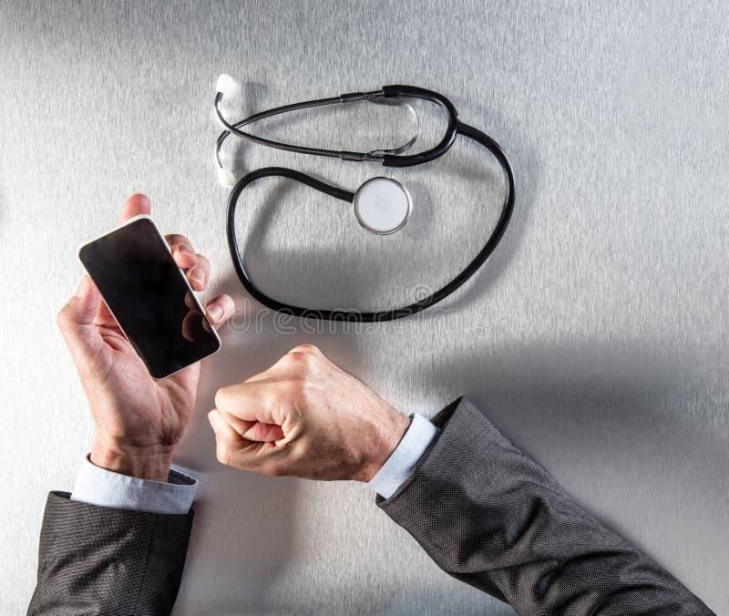 Verbonden artsenhanden die smartphone, multitasking met stethoscoop en mededeling houden royalty-vrije stock foto's