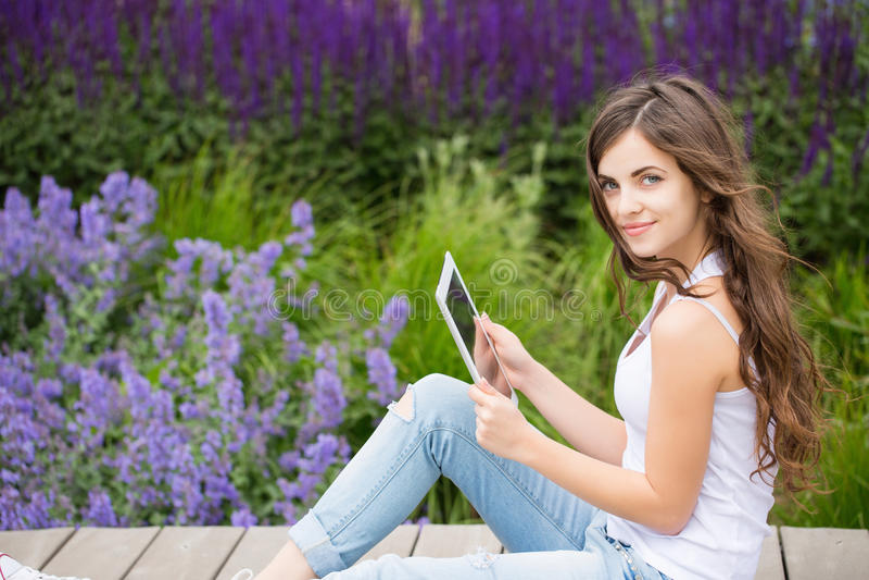 verbonden Student die een touchpad houden stock fotografie