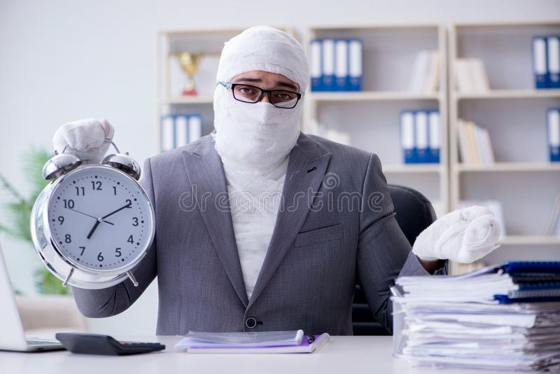 Verbonden zakenmanarbeider die in het bureau werken die paperwor doen stock foto