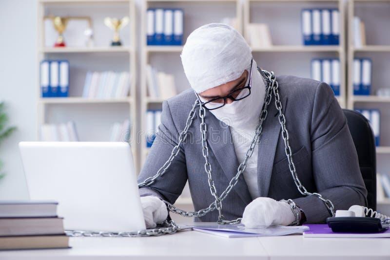 Verbonden zakenmanarbeider die in het bureau werken die paperwor doen stock afbeelding