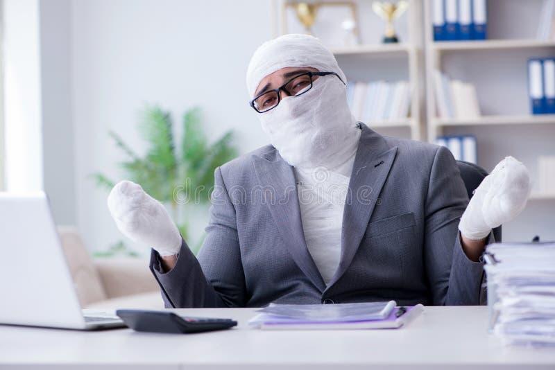 Verbonden zakenmanarbeider die in het bureau werken die paperwor doen stock fotografie