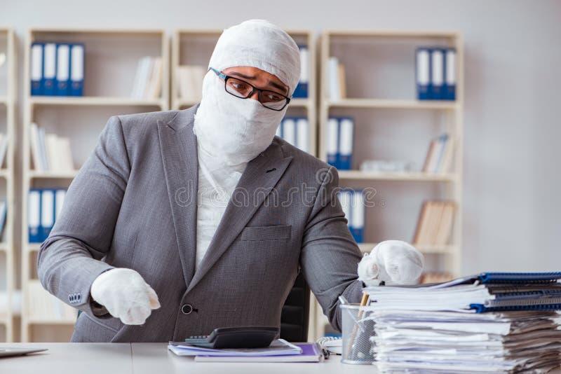 Verbonden zakenmanarbeider die in het bureau werken die paperwor doen stock afbeeldingen