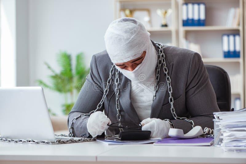 Verbonden zakenmanarbeider die in het bureau werken die paperwor doen royalty-vrije stock fotografie
