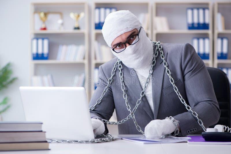Verbonden zakenmanarbeider die in het bureau werken die paperwor doen royalty-vrije stock foto