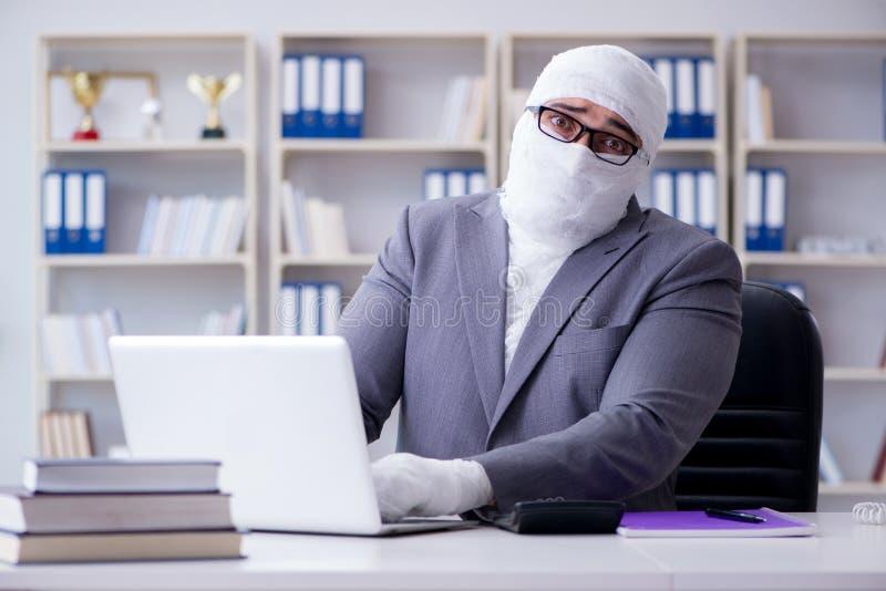 Verbonden zakenmanarbeider die in het bureau werken die paperwor doen royalty-vrije stock afbeelding