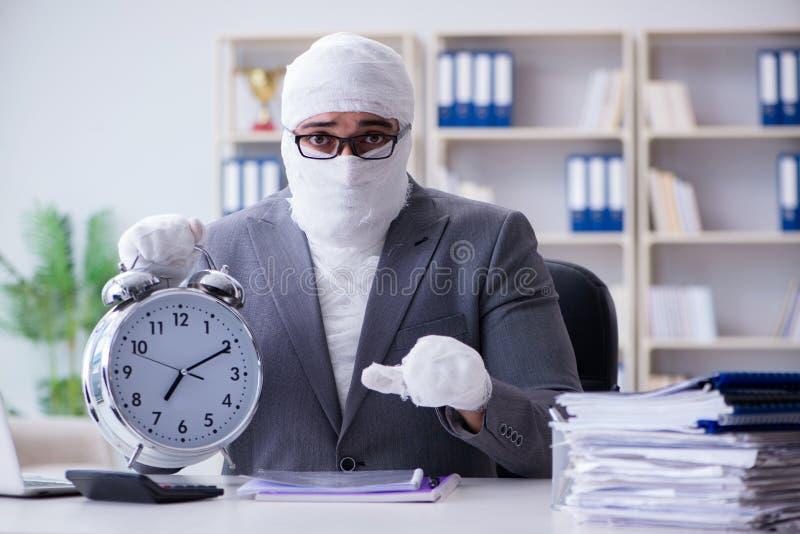 Verbonden zakenmanarbeider die in het bureau werken die paperwor doen royalty-vrije stock afbeeldingen