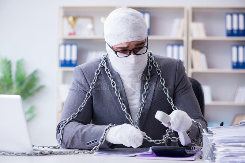 Verbonden zakenmanarbeider die in het bureau werken die paperwor doen royalty-vrije stock foto's
