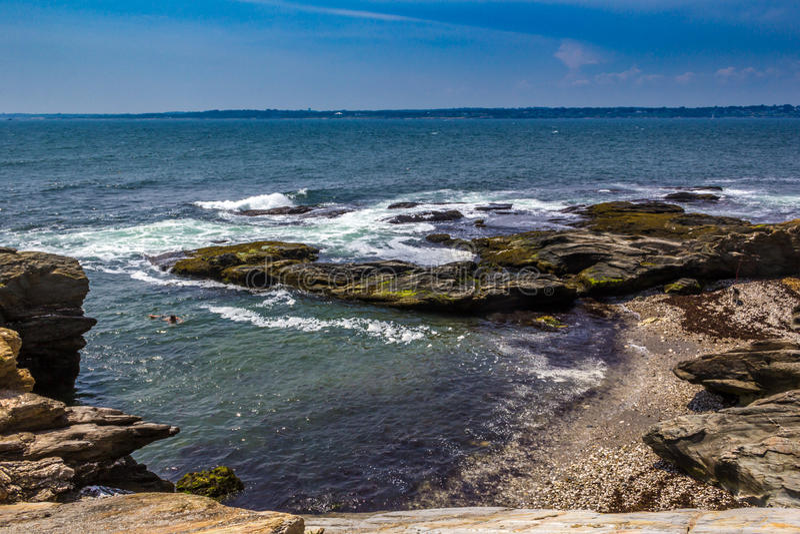 Verborgen strand onder rotsachtige kust in Jamestown, Rhode Island royalty-vrije stock foto's