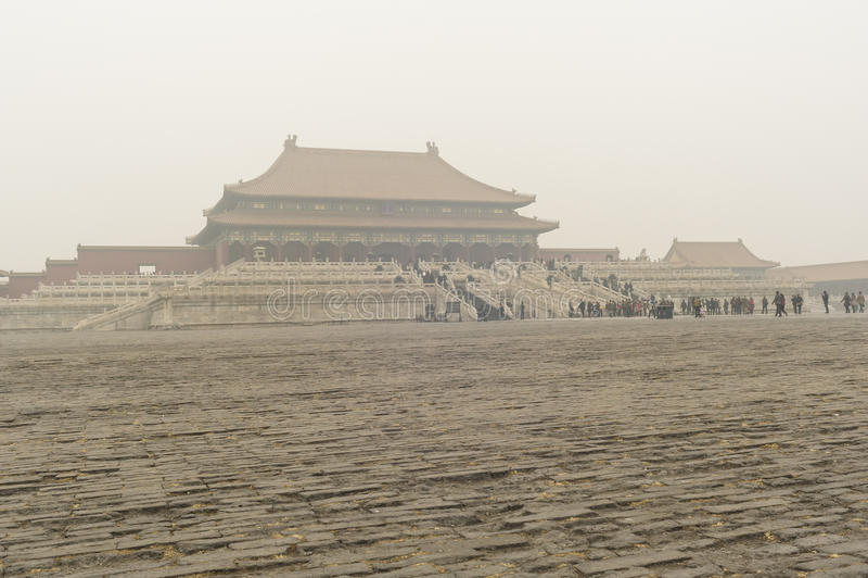 Verbotene Stadt eingeschlagen durch den dichten Nebel und den Dunst lizenzfreie stockbilder