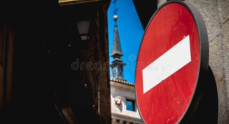 Verbotenes Zeichen rund auf einer Straße in Spanien lizenzfreie stockfotografie
