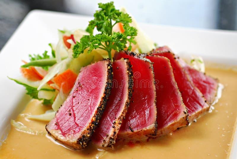 Verbrannter Thunfisch mit Sahnesoße stockfotos