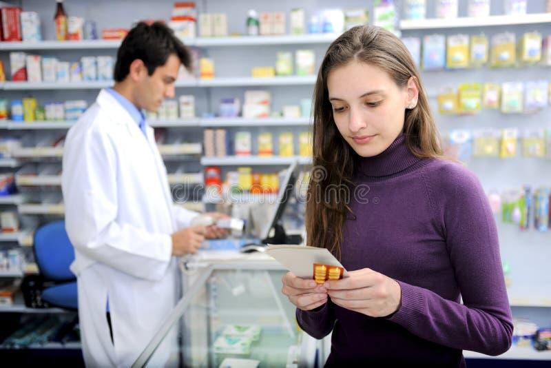 Verbraucher mit Medizin an der Apotheke stockbild