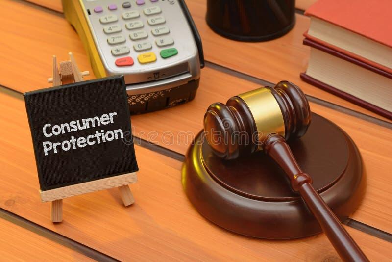 Verbraucherschutzthema mit hölzernem Hammer auf Tabelle, Gesetzeshintergrund stockbilder