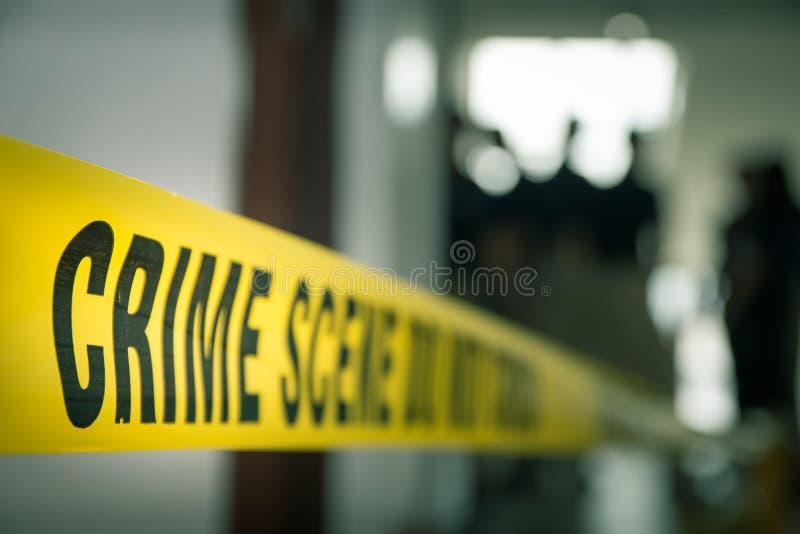 Verbrechenkonzept durch Polizeilinie Band mit unscharfem gerichtlichem Gesetz-enfo lizenzfreie stockfotografie