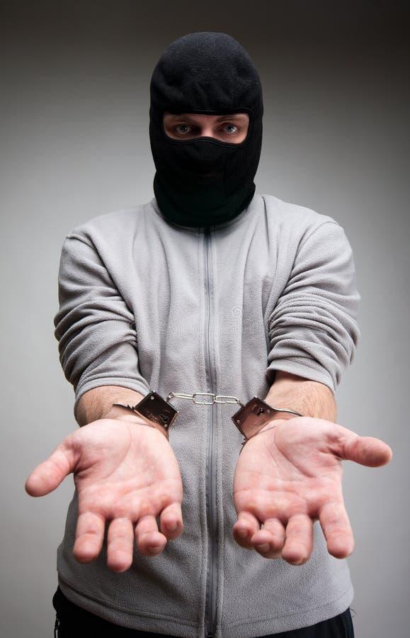 Verbrecher in den Handschellen bitten um Freiheit stockbilder
