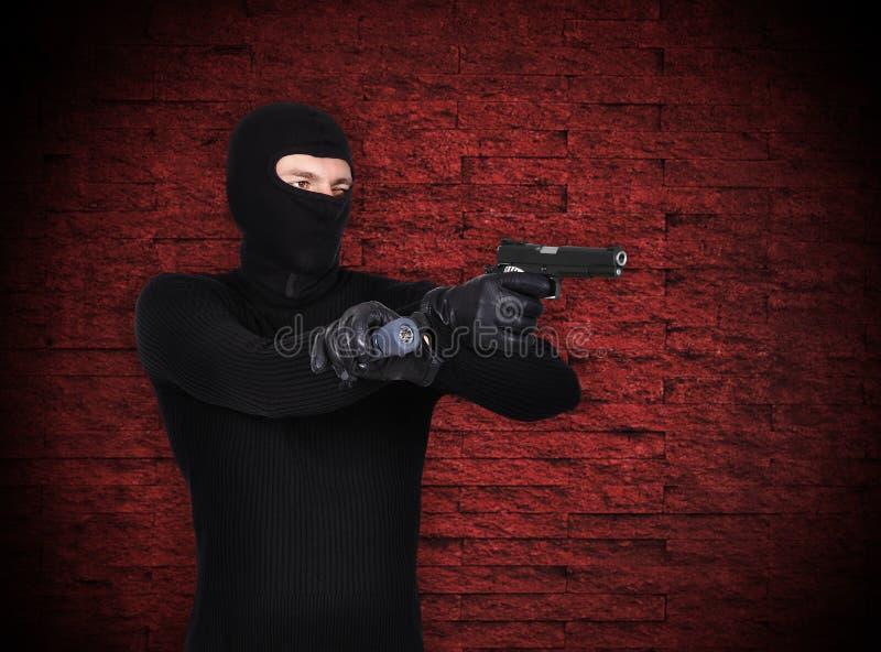 Verbrecher mit Gewehr stockfotografie
