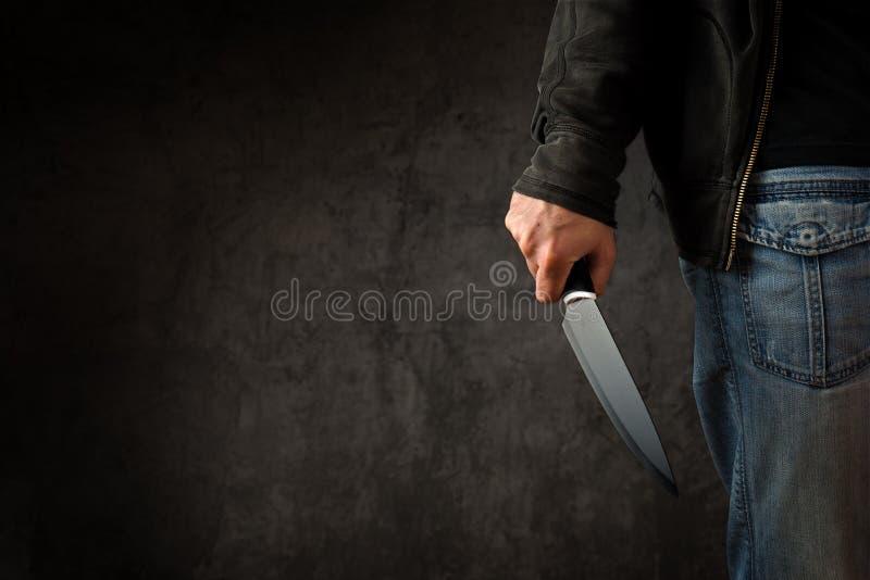 Verbrecher mit großem scharfem Messer stockbild