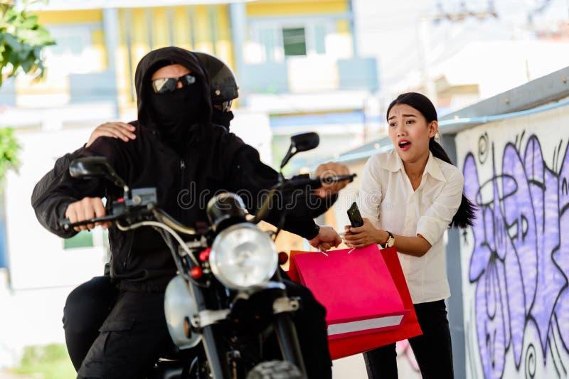Verbrecher, welche junger Frau auf der Straße folgt lizenzfreies stockbild