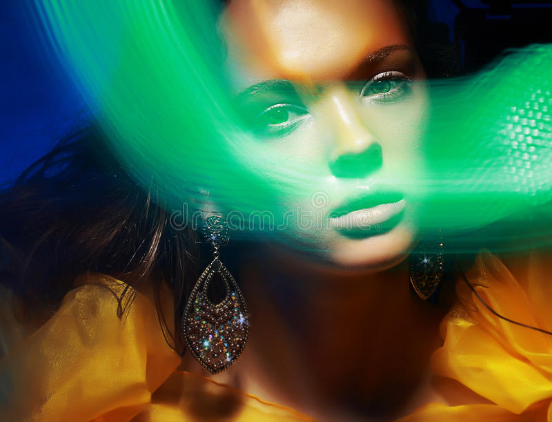 Verbreitet. Fantasie. Schattenbild des Gesichtes der Frau im magischen Disco-Nebel lizenzfreie stockbilder