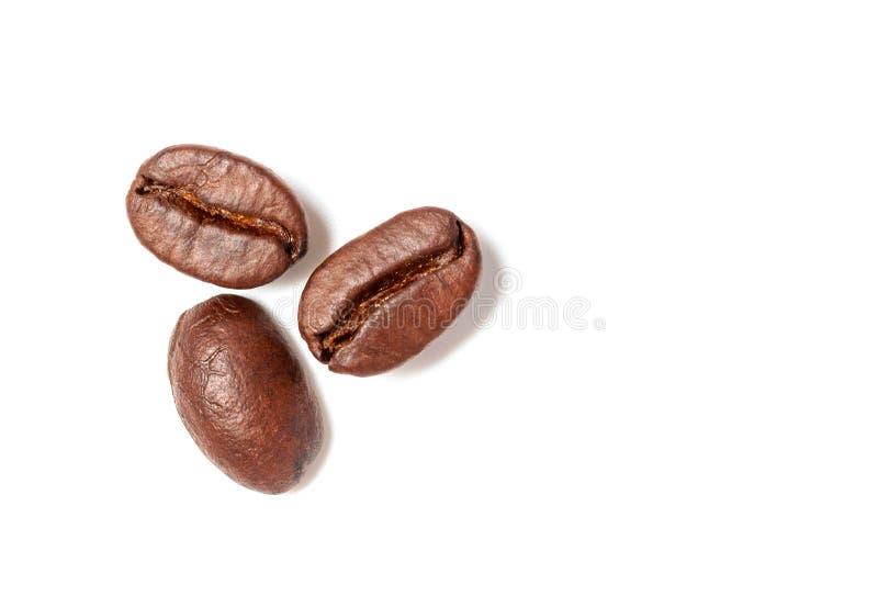 Verbreitete Kaffeebohnen lokalisiert auf weißem Hintergrund- und Kopienraum stockfotos