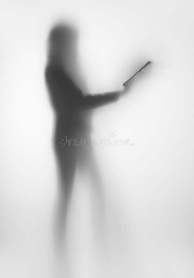 Verbreitetes Frauenkörper-Formschattenbild, mit Buch in den Händen stockbilder