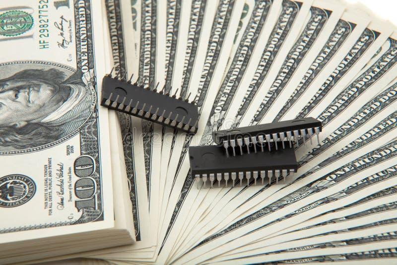 Verbreitung des Bargeldes mit Silizium-Chips stockfotografie