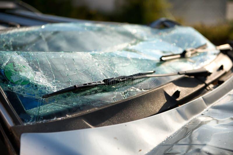 Verbrijzelde voorruit van een auto in een ongeval stock afbeelding
