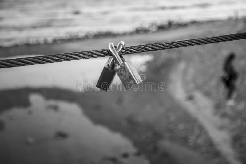 Verbundene Vorhängeschlösser in Schwarzweiss Symbol der ewigen Liebe lizenzfreie stockfotografie