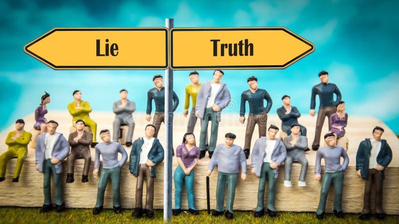 Verdad de la placa de calle contra mentira imagen de archivo