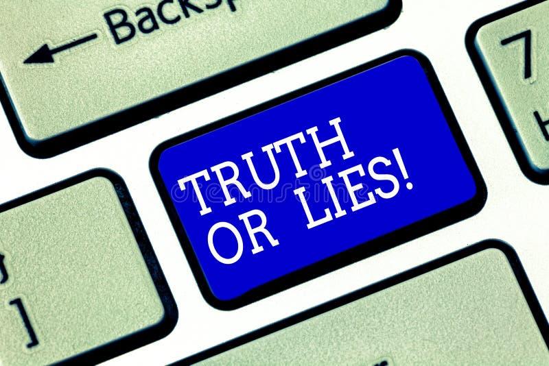 Verdad o mentiras del texto de la escritura El significado del concepto decide entre un hecho o decir una llave de teclado de la  fotografía de archivo libre de regalías