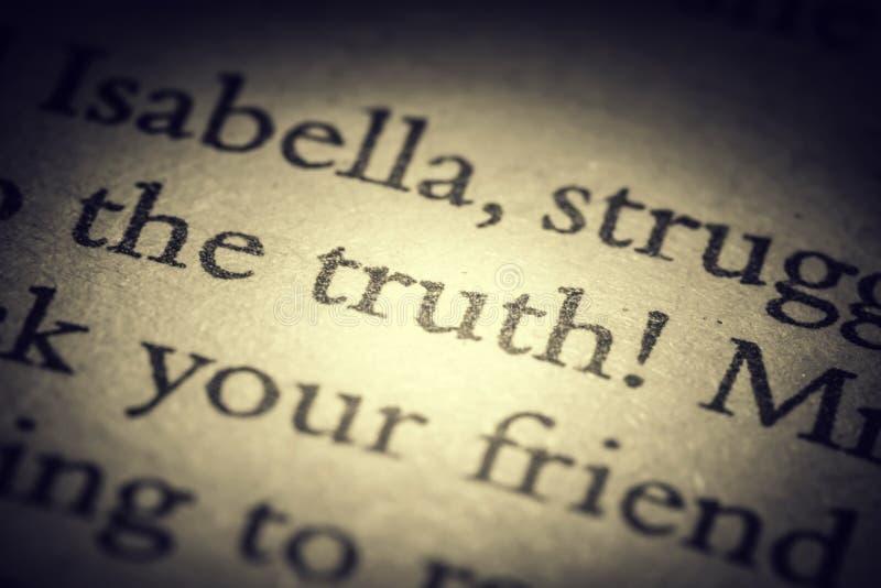 A verdade da palavra na página velha em um macro aberto do close-up do livro Vintage, grunge, foto velha, retro do estilo ilustração do vetor