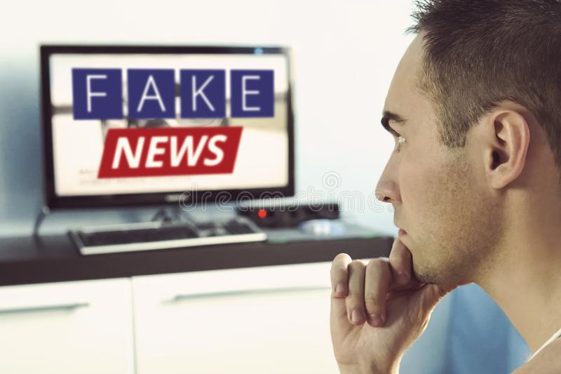 Verdade deturpada na notícia em uma tevê moderna imagens de stock