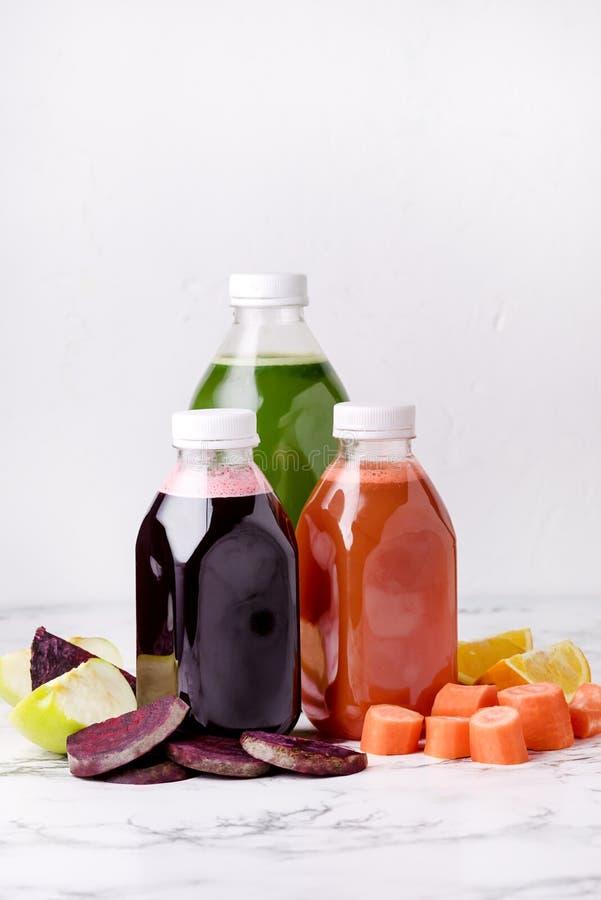 Verde Apple Juice Detox Juice saudável da laranja das cenouras das beterrabas no vertical do alimento da dieta saudável da garraf imagem de stock royalty free