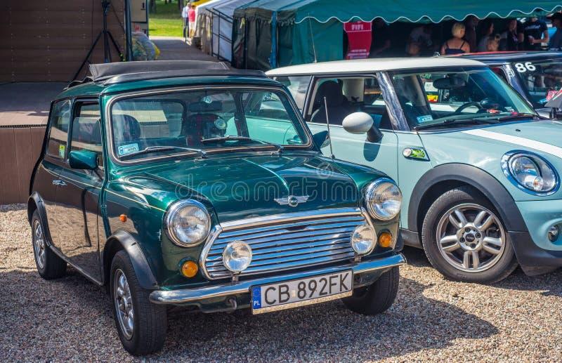 Verde clásico Morris Mini Cooper aparcamiento fotografía de archivo
