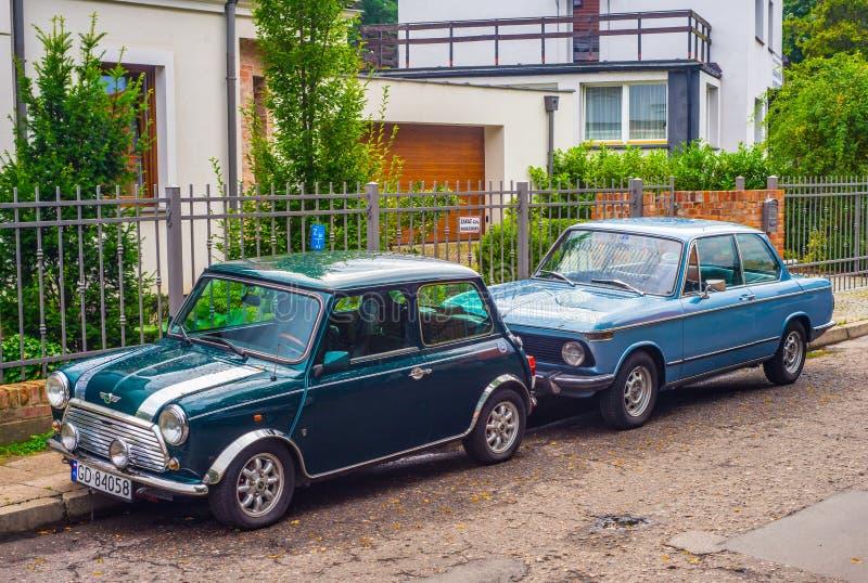 Verde clásico Morris Mini Cooper aparcamiento imagenes de archivo