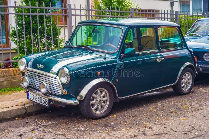 Verde clásico Morris Mini Cooper aparcamiento imágenes de archivo libres de regalías