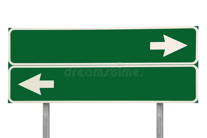 Verde da seta do sinal de estrada dois das estradas transversaas isolado fotos de stock
