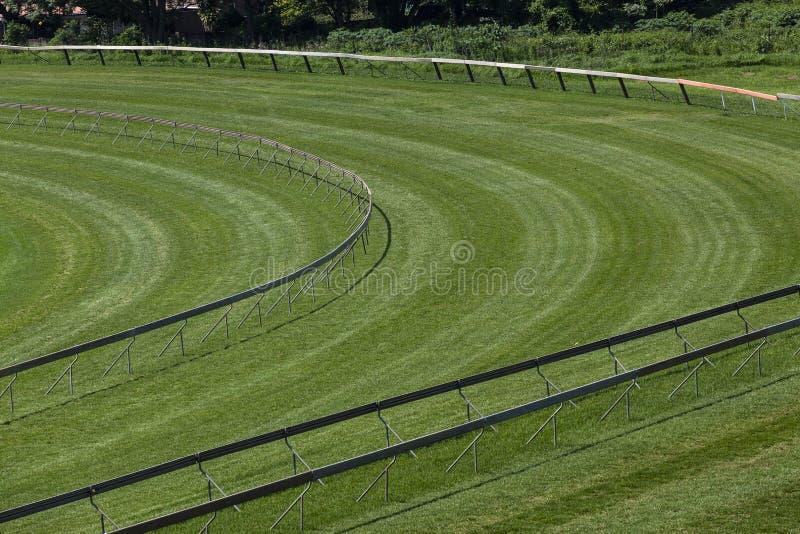 Verde de la esquina de la pista de la carrera de caballos foto de archivo libre de regalías