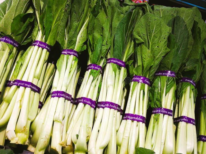 Verde de mostarda chinesa com etiqueta 'legumes frescos 'da etiqueta fotos de stock