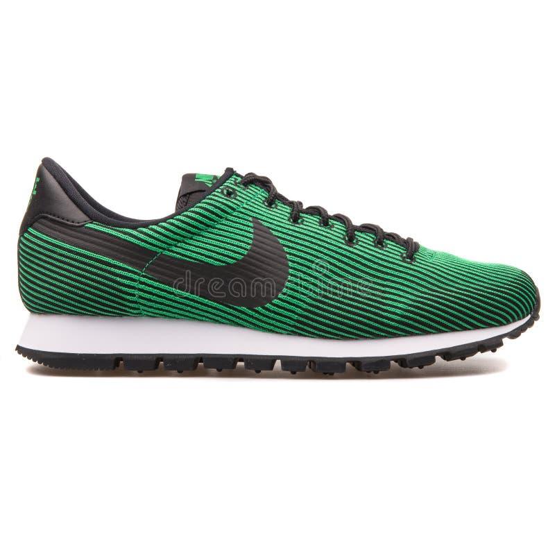 Verde de Nike Air Max Pegasus 83 KJCRD e sapatilha preta imagens de stock royalty free