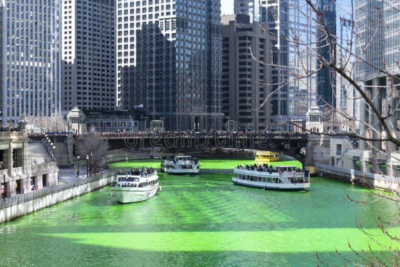 Verde de tingidura de Chicago River fotografia de stock